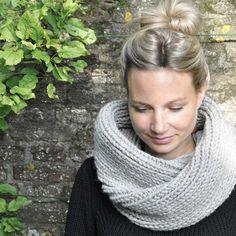 Modischen Loopschal stricken – Awesome Knitting Ideas and Newest Knitting Models Poncho Crochet, Knitting Patterns, Crochet Patterns, Loop Scarf, Scarf Knit, Knitting For Beginners, Sewing, Ibiza, Body Art