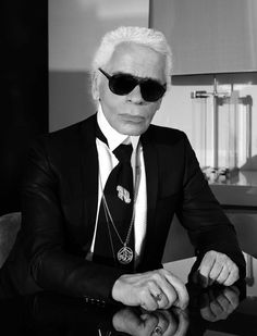 Karl Lagerfeld self-portrait. Karl Lagerfeld is appointed Artistic Director for CHANEL Fashion, designer of all Haute Couture, Ready-to-Wear and Accessory collections. Karl Lagerfeld, Chanel Fashion, New Fashion, Autumn Fashion, White Fashion, Fashion 2018, Spring Fashion, Fashion Trends, Donatella Versace