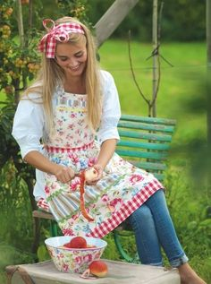 Apple peeling with a pretty apron Country Life, Country Girls, Country Living, Apple Season, Red Cottage, Garden Cottage, Cute Aprons, Sewing Aprons, Sewing Rooms