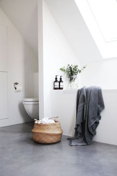 10 photos that will convince you to get a concrete bathroom floor . - 10 photos that will convince you to get a concrete bathroom floor Hunker – minimalist bathroom wi - White Bathroom Interior, Gray And White Bathroom, Attic Bathroom, Bathroom Grey, White Bathrooms, Luxury Bathrooms, Master Bathrooms, Dream Bathrooms, Bathroom Faucets