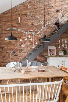 Christmas decoration in white and copper on the branch above the dining table in the Scandinavian … - Apartment Decor Ideas Diy Casa, Dining Table With Bench, Room Lamp, Industrial House, Lampe Industrial, Noel Christmas, Vintage Christmas, Cottage Style, Home And Living