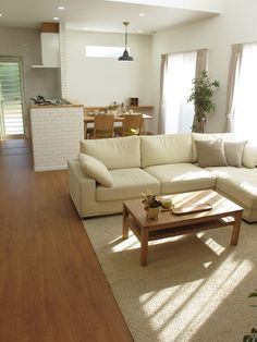 ブラックチェリー柄の床にオーク材の家具でコーデ Minimalist Home Decor, Minimalist Interior, D House, House Rooms, Muji Home, Japanese Living Rooms, Sitting Room Decor, Japanese Interior, Cozy Room