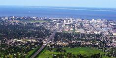 Cidade da Beira. ~~~~~~ Originalmente chamada Chiveve, o nome de um rio local, foi rebatizada para homenagear o Príncipe da Beira, Dom Luís Filipe, primogénito de D. Carlos I que, em 1907, foi o primeiro membro da família real portuguesa a visitar Moçambique, trazendo de Lisboa o decreto real que elevava Beira à categoria de cidade.[5] Tradicionalmente, o príncipe herdeiro de Portugal levava o título de Príncipe da Beira, província histórica de Portugal.
