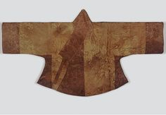 Hoejangjeogori-styled Gyeotma-gi, 16th c., from the tomb of Han (Cheongjoo Han clan, the greatgrand daughter of King Joongjong). Length 67 cm, width 72 cm. Gyeotma-gi refers to the underarm gussets of a jeogori, but is also applied to a jeogori without side-slits. It is made of satin damask with cloud patterns and decorated with satin damask with a scrolled lotus pattern at the collar, the overlapping panel, the armpit and the cuffs. At the Dankook University Seok Juseon Memorial Museum.