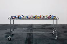 Mona Hatoum, Nature morte aux grenades, 2006-2007, crystal, mild steel and rubber, 95 x 208 x 70 cm © Mona Hatoum
