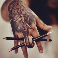 80 Tatuagens na Mão Lindas (as melhores fotos!)