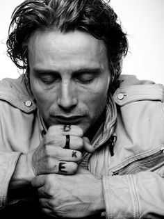 Photographie : l'homme - Mads Mikkelsen, poings fermés Some people are able to express emotion even with their eyes closed. The writing on his skin is an additional (conceptual) level to the work. Mads Mikkelsen, Beautiful Men, Beautiful People, Gorgeous Guys, Actors, Portrait Inspiration, Best Actor, Brazilian Hair, Movie Stars