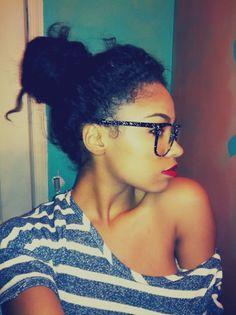 Messy bun, glasses, red lip ... <3 it