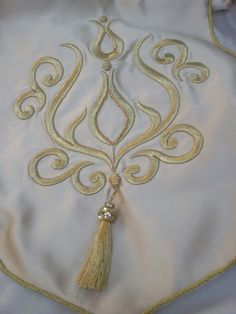 This post was discovered by F@ Creative Embroidery, Simple Embroidery, White Embroidery, Beaded Embroidery, Embroidery Stitches, Embroidery Patterns, Muslim Prayer Rug, Motif Art Deco, Brazilian Embroidery