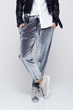 Pantaloni gri casual din catifea cu buzunare - http://hainesic.ro/pantaloni/pantaloni-gri-casual-din-catifea-cu-buzunare-ecc562348-starshinersro/
