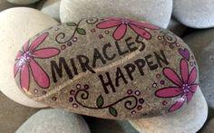 Feliz Rock flores de pensamientos de por LynnsFunCreations en Etsy