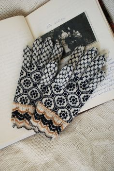 in traditions of Vaivara Parish of Estonia; the gloves knit by Kristi Everst (on 'Undiin') Lace Knitting, Knitting Socks, Knitting Stitches, Knitting Patterns, Knit Crochet, Knit Socks, Wool Gloves, Lace Gloves, Knitted Gloves