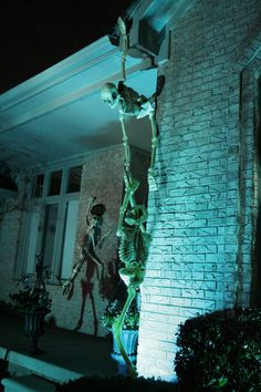 i love it when people really commit and turn their house into something extraordinary during the holidays