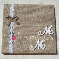 Βιβλίο Ευχών Γάμου με εξώφυλλο λινάτσα στολισμένο με λευκή δαντέλα και ξύλινα μονογράμματα.    Διαστάσεις 27 Χ 26 εκ - Σελίδες 30