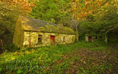 abandoned cottage near Doon Lough. Abandoned Property, Abandoned Buildings, Abandoned Places, Cottages By The Sea, Country Cottages, Irish Cottage, Vernacular Architecture, Make Way, Old Barns