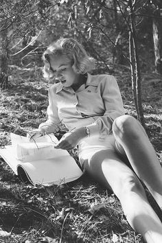 Marilyn Monroe in Griffith Park, Los Angeles, Photo by Ed Clark for LIFE. Marilyn Monroe is the sex symbol of This is one of the many images of her reading. She plays the role of a women being smart, sexy and beautiful. Marylin Monroe, Fotos Marilyn Monroe, Divas, People Reading, Griffith Park, Lauren Bacall, Cary Grant, Norma Jeane, Before Us
