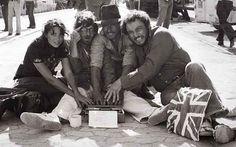 """fotos del rodaje de la saga Indiana Jones. Karen Allen, Steven Spielberg, Harrison Ford y John Rhys-Davies interviniendo el guión. Una foto destinada como broma a Lawrence Kasdan, el guionista de """"En busca del Arca Perdida""""."""