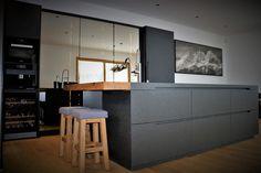 #küche #eggersmann #küchenblock #neroassoluto #steinarbeitsplatte #schwarzspiegel #drehbar Interior Inspiration, Kitchen, Furniture, Home Decor, Black Mirror, Carpentry, Countertop, House, Cooking