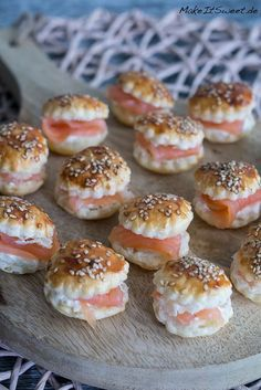 Mini Räucherlachs Burger Rezept A recipe for mini smoked salmon burger. Perfect as finger food, appetizers and party food. The mini burgers are made with sesame and a horseradish cream cream. Party Finger Foods, Snacks Für Party, Finger Food Appetizers, Appetizers For Party, Brunch Recipes, Appetizer Recipes, Snack Recipes, Party Buffet, Salmon Burgers