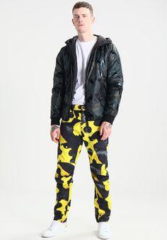 ¡Consigue este tipo de pantalón básico de G-star ahora! Haz clic para ver los detalles. Envíos gratis a toda España. GStar PHARRELL WILLIAMS ELWOOD X25 3D  Pantalón de tela yellow/black: GStar PHARRELL WILLIAMS ELWOOD X25 3D  Pantalón de tela yellow/black Ropa   | Material exterior: 100% algodón | Ropa ¡Haz tu pedido   y disfruta de gastos de enví-o gratuitos! (pantalón básico, basic, basico, basica, básico, basicos, casual, clasica, clásico, clasicas, clásicas, clásicos, clá...