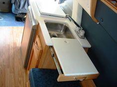 Ausziehtisch und Arbeitsplatte als Abdeckung vom Waschbecken im Camper.