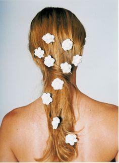 Esse cabelo cheio de flores e quase solto é perfeito para um casamento no campo ou na praia  www.marietoscano.com.br