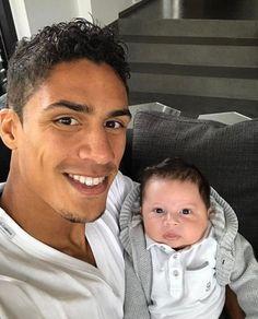 Raphael Varane nous passe un coucou avec son fils Ruben Varane. (#Trop mignon).