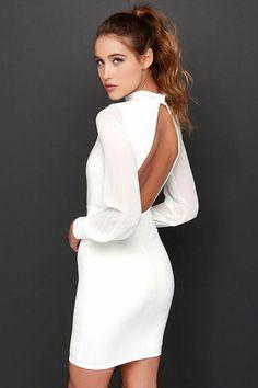 Vestido blanco con mangas largas y escote en espalda.