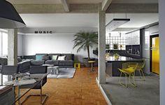 """O arquiteto Diogo Oliva queria um apartamento todo integrado, porque acredita na importância de expor as verdades da casa. """"Cozinha não deve ser escondida. Existe sujeira, existe louça. Faz parte"""", diz"""
