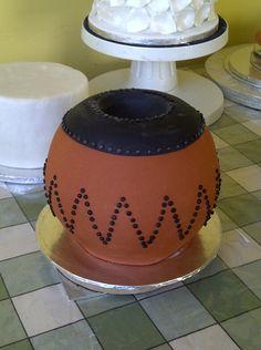 Zulu pot Amazing Wedding Cakes, Unique Wedding Cakes, African Wedding Cakes, African Weddings, African Cake, Palette Furniture, Traditional Wedding Cakes, Cake Decorating Techniques, Zulu
