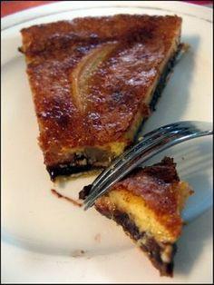 tarte poire choco 1 pâte brisée - 200gr de chocolat noir - 4/5 poires - 2 oeufs - 150gr de sucre - 3 cuillères à soupe de crème fraiche. Eplucher les poires et les cuire dans de l'eau avec du sucre (ne pas bouillir et ne pas cuire trop longtemps). Etaler la pâte à tarte Faire fondre le chocolat (au bain marie ou au micro ondes). Recouvrir le fond de pâte avec le chocolat fondu. Couper les poires en lamelles Les poser sur le chocolat.Dans un saladier, mélanger les oeufs avec le sucre et la…
