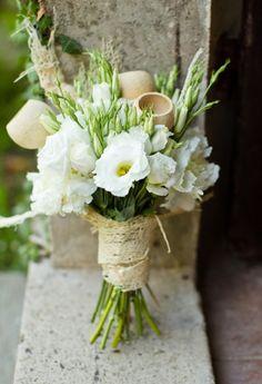 Lisianthus e juta per un bouquet semplice ma sofisticato #weddingbouquet matrimoniolowcost Flower ispiration: lisianthus for a rustic chic bouquet