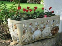 Decor flowerpot with their hands - Dekor Blumentopf mit den Händen - Seashell Art, Seashell Crafts, Beach Crafts, Diy And Crafts, Decor Crafts, Mosaic Flower Pots, Mosaic Pots, Pebble Mosaic, Seashell Projects