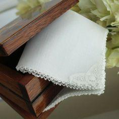 Lembrancinha para batizado: lenço de bolsa feito com renda renascença (da loja virtual Xique Xique Brasil). Acesse: http://mamaepratica.com.br/2016/06/06/10-itens-charmosos-de-batizado/