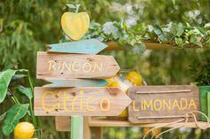 tu decoración original rincón de limonada flechas Bamboo Cutting Board, The Originals, Arrow Decor, Coat Hooks, Stall Signs, Invitations, Wedding