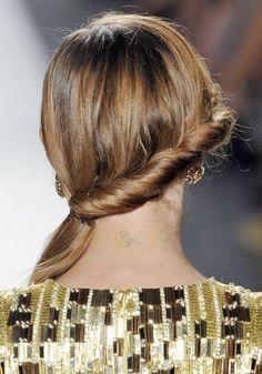 Coda Laterale RETRO'  fai un torchon in diagonale lungo la nuca e lega i capelli di lato in una coda bassa.