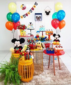 Incrível essa festa com o tema Mickey e sua Turma! Credito: Pr… Amazing this Mickey themed party and your gang! Credit: Design and Decor Balloons Traditional Patterned Sweets and Cakes party Mickey Mouse Party Decorations, Mickey Mouse Parties, Birthday Party Decorations, Disney Parties, Fiesta Mickey Mouse, Mickey Mouse Cake, Mickey Cakes, Minnie Mouse, Mickey First Birthday