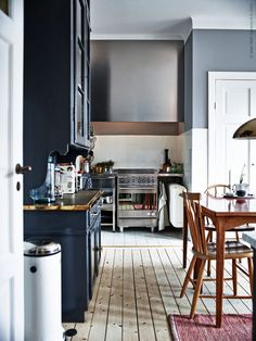 These Tings Take Time : Photo Eclectic Kitchen, Kitchen Interior, Black Kitchens, Home Kitchens, Kitchen Black, Ikea Kitchen, Kitchen Dining, Ikea Inspiration, Kitchen Inspiration