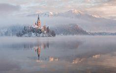 Kościół na jeziorze, który wygląda jak zamek z bajki Disneya