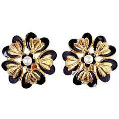Preowned Rare Chanel 1980s Flower Design Earrings With Pearl Detail (8.333.255 IDR) ❤ liked on Polyvore featuring jewelry, earrings, beige, pearl earrings jewellery, pearl earrings, pearl jewellery, pre owned jewelry and chanel jewelry