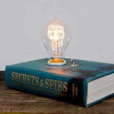 Libro transformado en lámpara