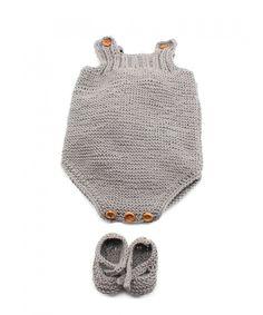 Con tan sólo 2 ovillos de 50 gramos de la calidad Cotton 100% de Katia, es un conjunto muy económico. Está tejido a dos agujas pero hemos rematado los bordes del peto con un ganchillo. Se puede poner tal cual o con una camisita debajo. Los patucos al esta