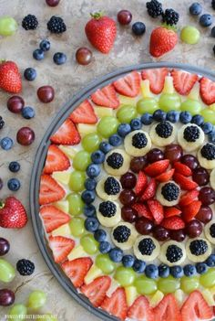 Fruit Pizza with Chocolate Chip Cookie Crust is an easy and delicious treat for the lazy days of summer! Refrigerated chocolate chip cookie dough provides a tasty and time saving crust, topped wit… Buttery Shortbread Cookies, Buttery Biscuits, Raspberry No Bake Cheesecake, Summer Pie, Summer Fruit, Baked Strawberries, Soften Cream Cheese, Chocolate Chip Cookie Dough, Banana Pudding