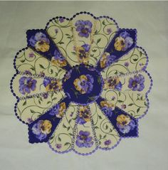 Image result for Dresden Plate Quilt Pattern Dresden Plate Patterns, Patchwork Quilt Patterns, Applique Quilts, Crazy Patchwork, Quilting Patterns, Tatting Patterns, Quilting Ideas, Dresden Quilt, Crazy Quilting