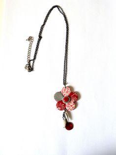 [Sautoir fleur rouge,blanche et grise. Pâte polymère,fimo]  Sautoir avec un pendant en forme de fleur que j'ai fabriqué en pâte polymère,fimo,rouge,grise et blanche .Motif coeur.    Accompagné d'une pastille rouge,une breloque en métal argenté et une perle grise.    Dimension fleur:  4cm de diamètre    Longueur de la chaine 55 à 60 cm avec une chainette de rallonge.    Livraison offerte, soigneusement emballée    Prix: 25.00 €  http://www.blcreafimo.fr