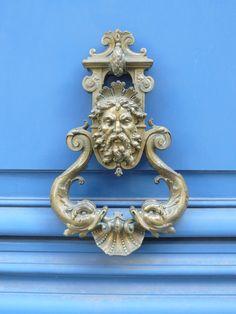 Paris, rue St Dominique: heurtoir de porte.