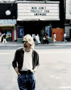 I always loved this pic with the marquee in the background, Kurt was the quintessential feminist. ❤