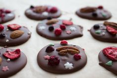 Sjokoladepletter — Magevennlig mat Fodmap, Macaroons, Sushi, Pudding, Cookies, Desserts, Food, Macaroni, Crack Crackers