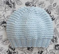 Petit bonnet point mousse pour PREMATURE (tour de tête : 30 cm) - lepetitmondedelaure Baby Hat Knitting Pattern, Baby Hat Patterns, Crochet Baby Hats, Baby Knitting, Knitted Hats, Knitting Patterns, Knitting Dolls Clothes, Point Mousse, Bonnets