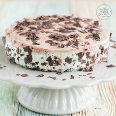Schokoladen-Eistorte mit Minze: Lieber Torte oder Eis, Nachtisch oder Kuchen? Mit einer Eistorte könnt ihr alles auf einmal haben! Die Schokoladen-Eistorte mit Minze, die ich kürzlich gemacht habe, ist ein besonderes, cremig-erfrischendes Dessert.